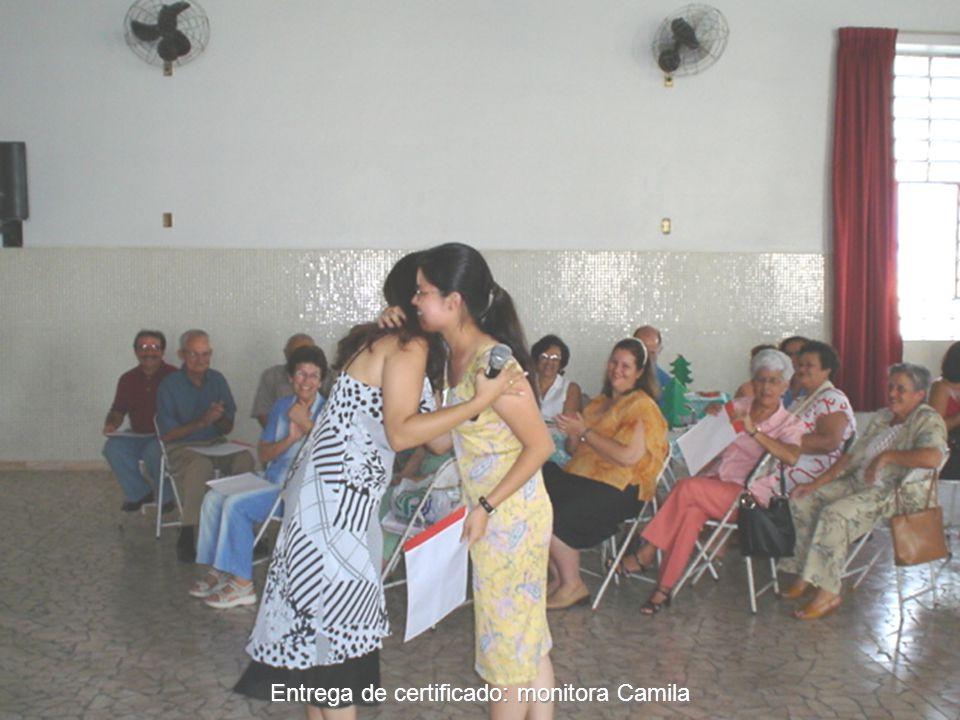Entrega de certificado: monitora Camila
