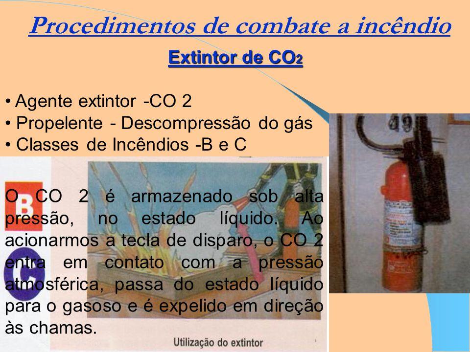 Procedimentos de combate a incêndio Extintor de espuma Agente extintor - Espuma Propelente - CO 2 Classes de incêndio - A e B A espuma é produzida a p