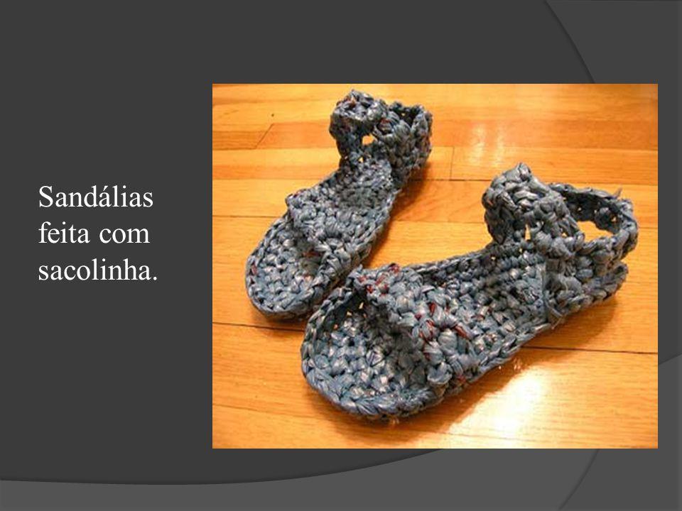 Sandálias feita com sacolinha.