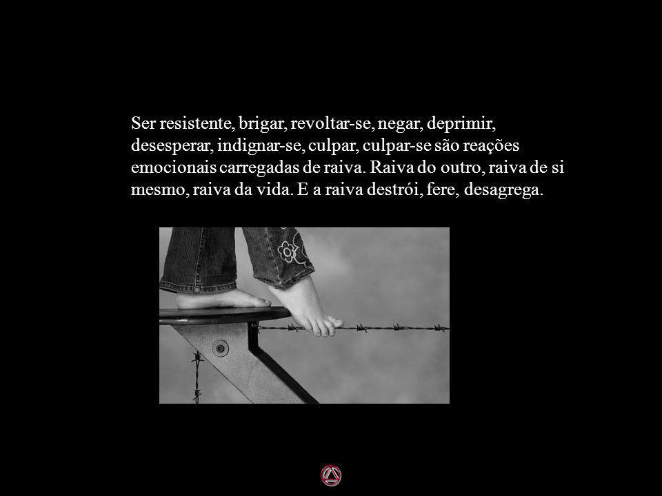 Ser resistente, brigar, revoltar-se, negar, deprimir, desesperar, indignar-se, culpar, culpar-se são reações emocionais carregadas de raiva.