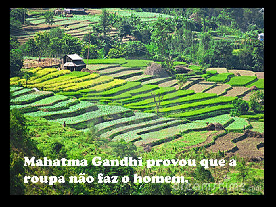 Mahatma Gandhi provou que a roupa não faz o homem.