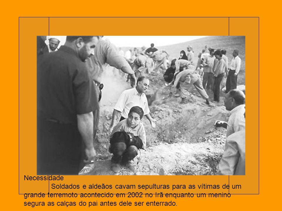 Protegendo a cria Uma mãe cruza o rio com os filhos durante a guerra do Vietnã em 1965 fugindo da chuva de bombas americanas