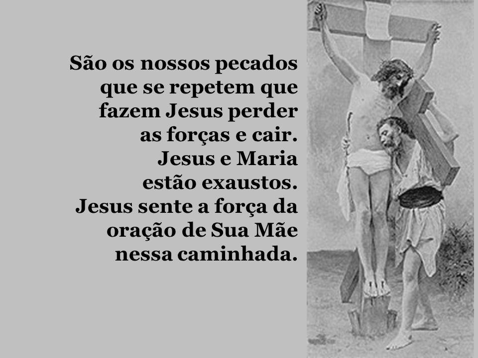 9ª estação: Jesus cai pela terceira vez. Rezemos pelos infelizes, que caindo em pecado grave, não têm coragem de voltar a Deus, duvidando de Sua Miser