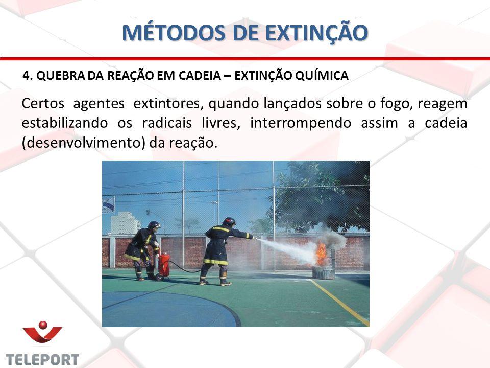 MÉTODOS DE EXTINÇÃO 4. QUEBRA DA REAÇÃO EM CADEIA – EXTINÇÃO QUÍMICA Certos agentes extintores, quando lançados sobre o fogo, reagem estabilizando os