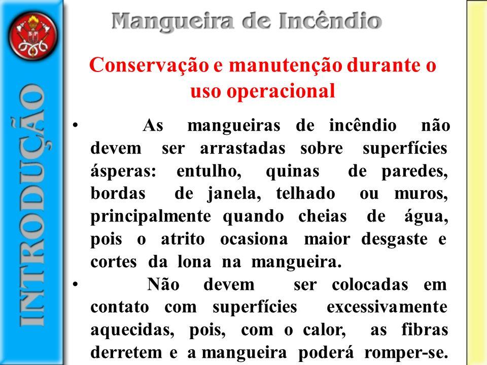 As mangueiras de incêndio não devem ser arrastadas sobre superfícies ásperas: entulho, quinas de paredes, bordas de janela, telhado ou muros, principa