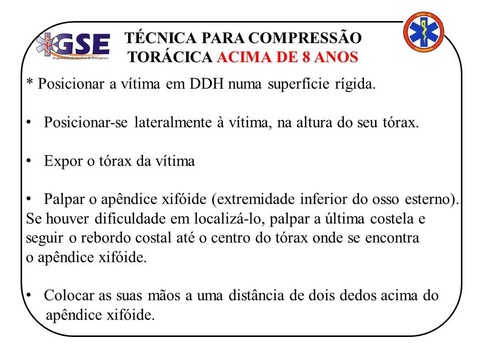 TÉCNICA PARA COMPRESSÃO TORÁCICA ACIMA DE 8 ANOS * Posicionar a vítima em DDH numa superfície rígida. Posicionar-se lateralmente à vítima, na altura d