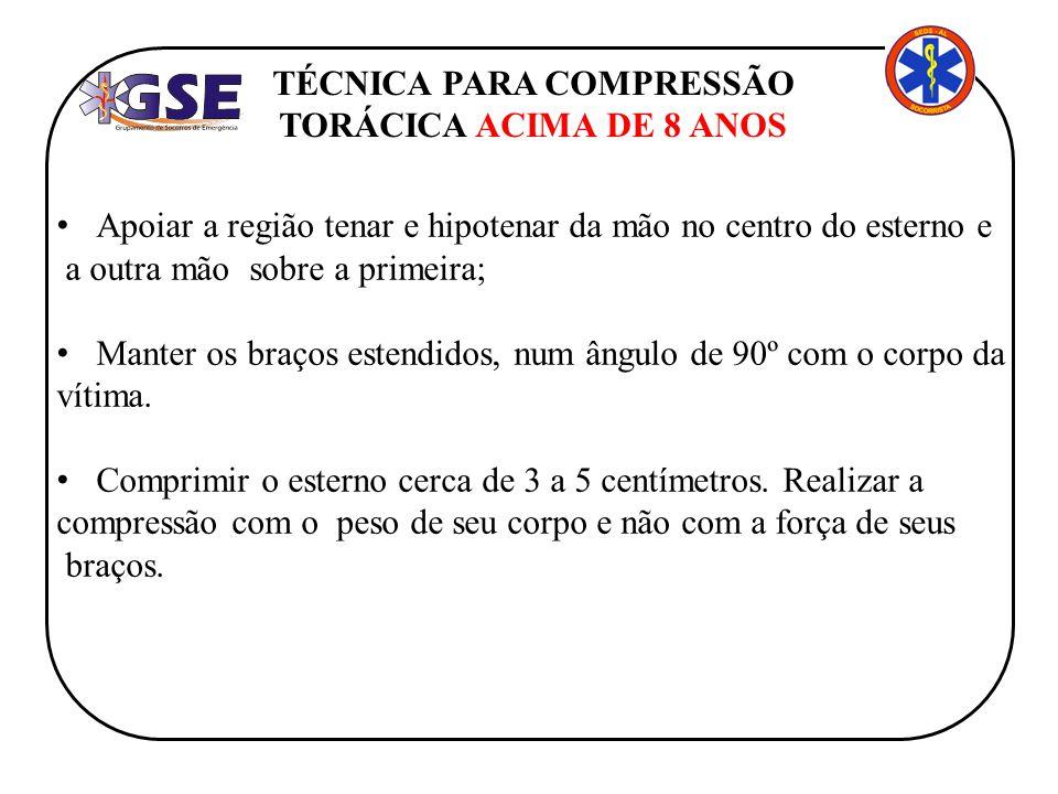 TÉCNICA PARA COMPRESSÃO TORÁCICA ACIMA DE 8 ANOS Apoiar a região tenar e hipotenar da mão no centro do esterno e a outra mão sobre a primeira; Manter