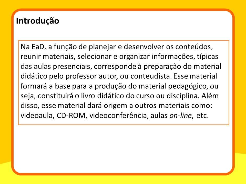 Na EaD, a função de planejar e desenvolver os conteúdos, reunir materiais, selecionar e organizar informações, típicas das aulas presenciais, correspo