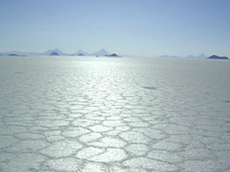 A cada ano, os trabalhadores das salinas extraem cerca de 25.000 toneladas de sal da Salina de Uyuni.