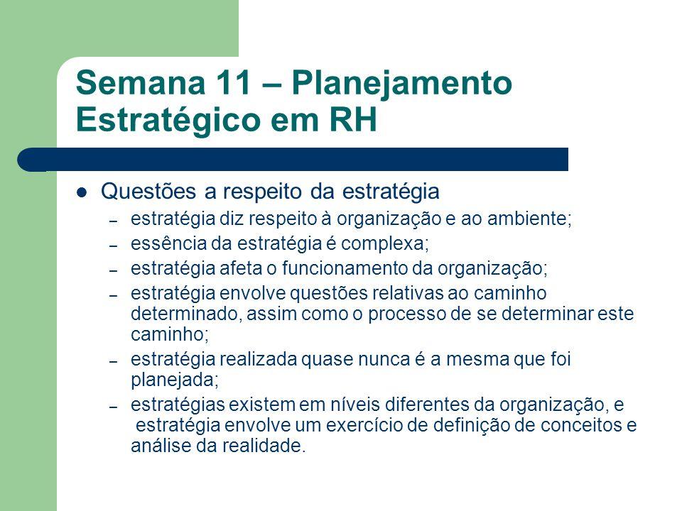 Semana 11 – Planejamento Estratégico em RH Questões a respeito da estratégia – estratégia diz respeito à organização e ao ambiente; – essência da estr