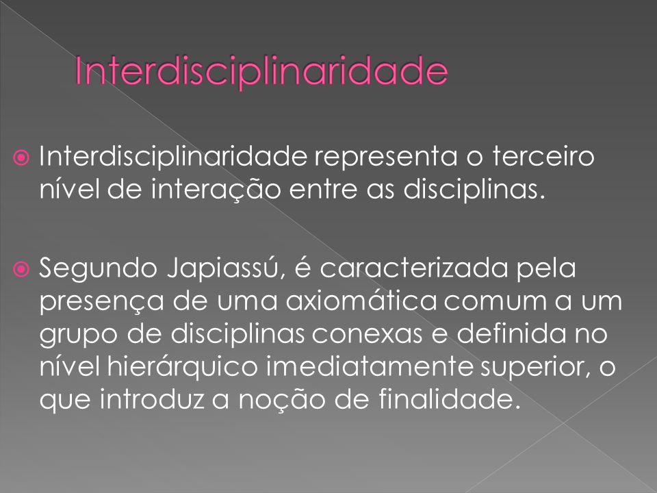 Interdisciplinaridade representa o terceiro nível de interação entre as disciplinas. Segundo Japiassú, é caracterizada pela presença de uma axiomática