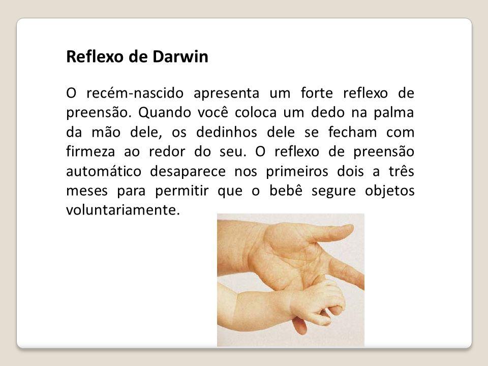 O recém-nascido apresenta um forte reflexo de preensão. Quando você coloca um dedo na palma da mão dele, os dedinhos dele se fecham com firmeza ao red