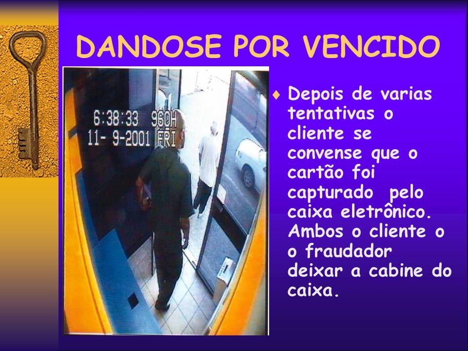 RECUPERANDO O CARTÃO Convensido que o cliente foi embora o fraudador regressa para sacar o cartão que foi capturado com seu dispositivo colocado anteriormente.