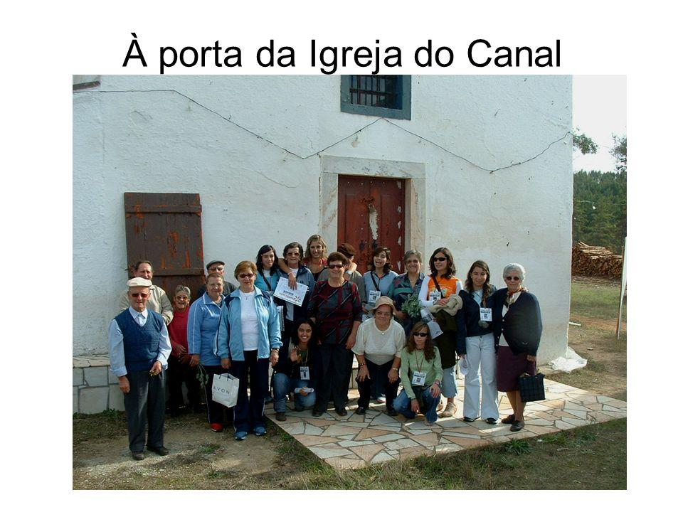 À porta da Igreja do Canal