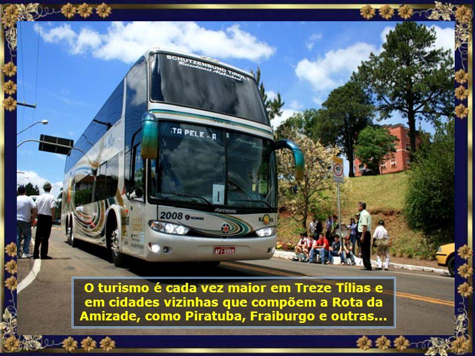 Av. Ministro João Gleophas, a principal avenida de Treze Tílias, como toda cidade, muito limpa e bem cuidada...