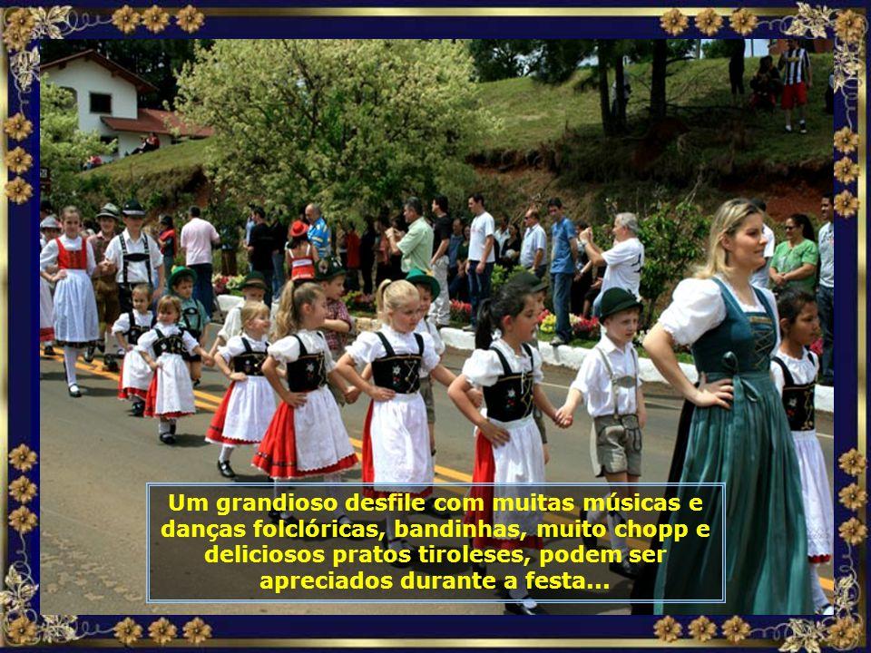 Aí está ele, o mestre, participando do grande desfile que a Colônia Tirolesa realiza em meados de outubro de cada ano, durante a realização da grande