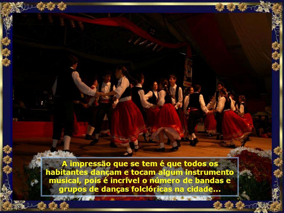 Um grandioso desfile com muitas músicas e danças folclóricas, bandinhas, muito chopp e deliciosos pratos tiroleses, podem ser apreciados durante a fes