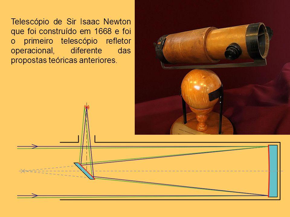 Telescópio de Sir Isaac Newton que foi construído em 1668 e foi o primeiro telescópio refletor operacional, diferente das propostas teóricas anteriore