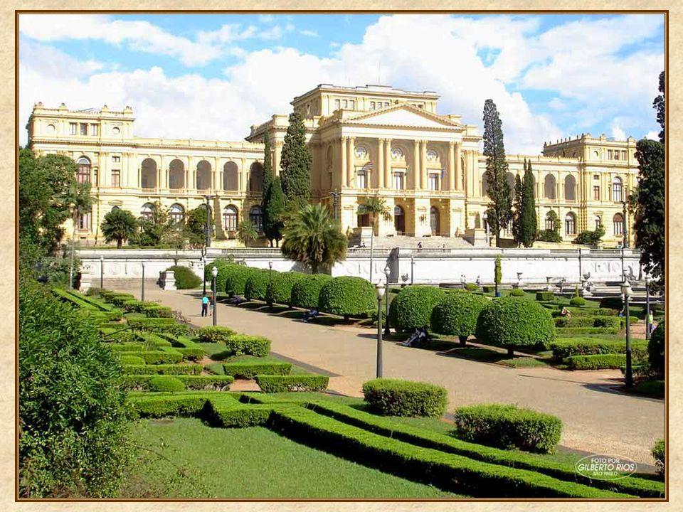 O belo jardim, e nfeitado por fontes e espelhos dágua, à maneira dos jardins de Versailles, foi projetado por Arsênio Putemans, e inaugurado em 1920