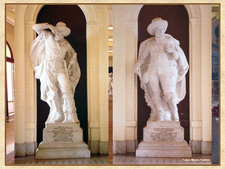 Transposta a entrada principal, estamos no grande saguão, decorado com colunas gregas, tendo à frente a magnífica escadaria de mármore que nos leva ao