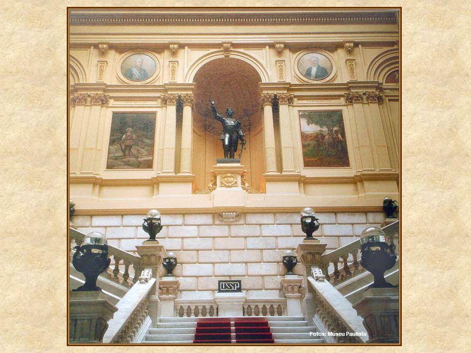 Na escadaria, onde a escultura de D. Pedro centraliza toda a atenção, estão representadas as principais figuras da expansão bandeirista para as divers