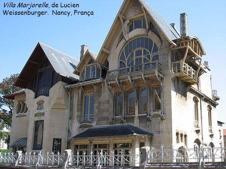 Estações do Metrô de Paris. Projeto de Hector Guimard (1898- 1904) Vidro e ferro na decoração com motivos florais nas entradas do metrô de Paris.