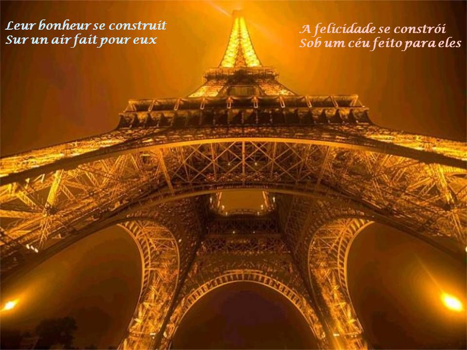 Sous le ciel de Paris Marchent des amoureux Hum Sob o céu de Paris Caminham os apaixonados Hum