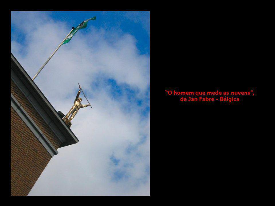 O homem que mede as nuvens, de Jan Fabre - Bélgica