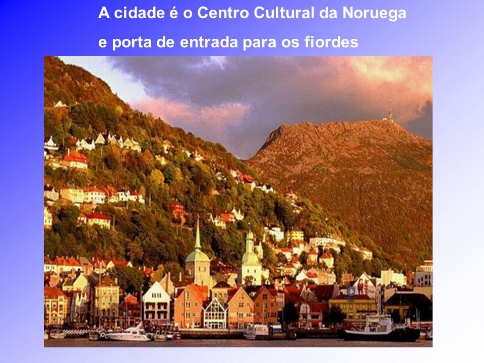 Bergen, a 2a. maior cidade da Noruega, depois de Oslo, tem aproximadamente 250.000 habitantes, é cercada por 7 montanhas, e considerada a mais chuvosa
