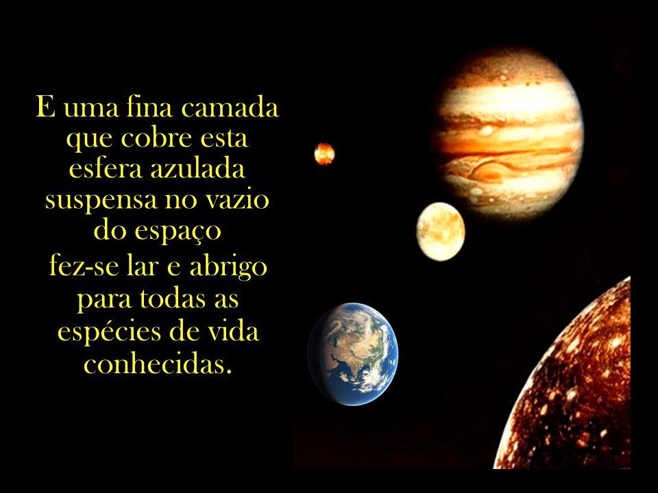 Em meio à insondável vastidão do Universo, um pequenino corpo celeste, perdido em meio a bilhões de outros astros e estrelas.