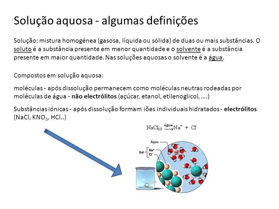 Tipos de reacções Reacções de Precipitação: causadas pela insolubilidade de uma combinação de iões presentes na solução Reacções ácido-base: causadas pela formação da molécula de água, bastante estável, como resultado da combinação de um ião hidrogénio, H +, e um ião hidróxido, OH -.