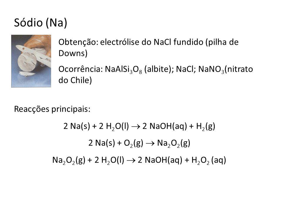 Sódio (Na) Ocorrência: NaAlSi 3 O 8 (albite); NaCl; NaNO 3 (nitrato do Chile) Obtenção: electrólise do NaCl fundido (pilha de Downs) Reacções principa