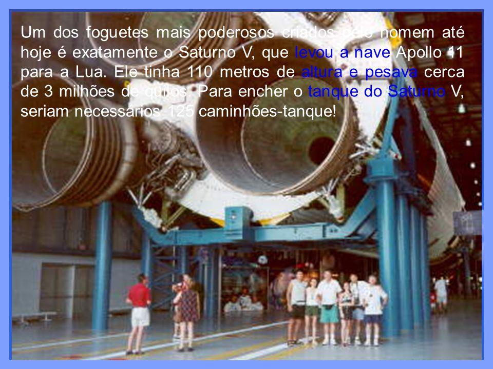 Um dos foguetes mais poderosos criados pelo homem até hoje é exatamente o Saturno V, que levou a nave Apollo 11 para a Lua. Ele tinha 110 metros de al