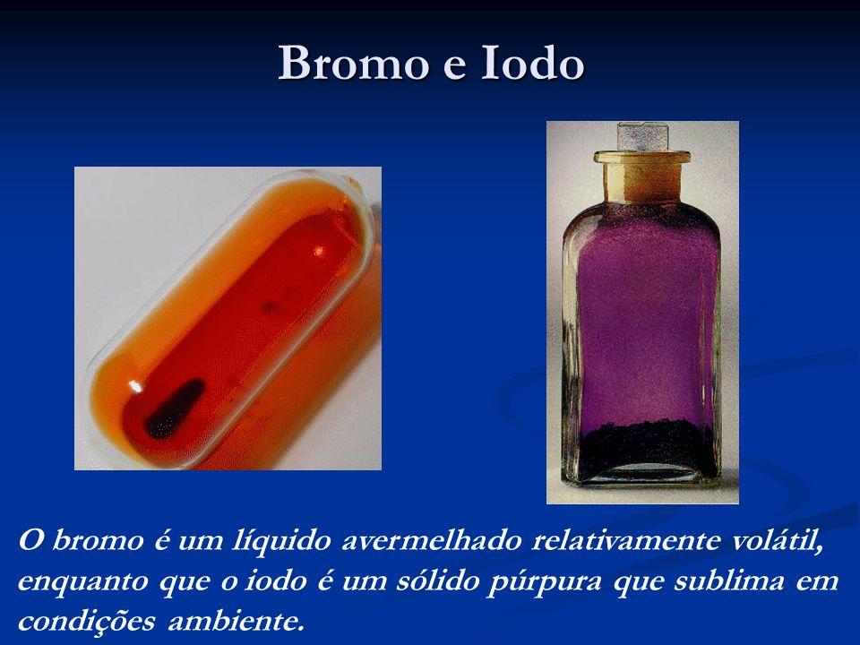 Bromo e Iodo O bromo é um líquido avermelhado relativamente volátil, enquanto que o iodo é um sólido púrpura que sublima em condições ambiente.