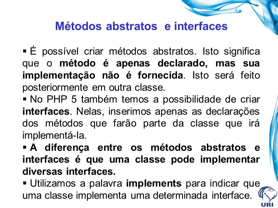 Métodos abstratos e interfaces É possível criar métodos abstratos. Isto significa que o método é apenas declarado, mas sua implementação não é forneci