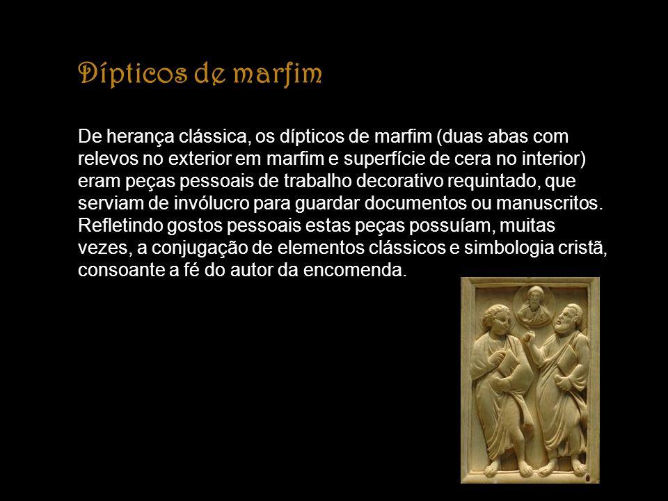 Dípticos de marfim De herança clássica, os dípticos de marfim (duas abas com relevos no exterior em marfim e superfície de cera no interior) eram peça