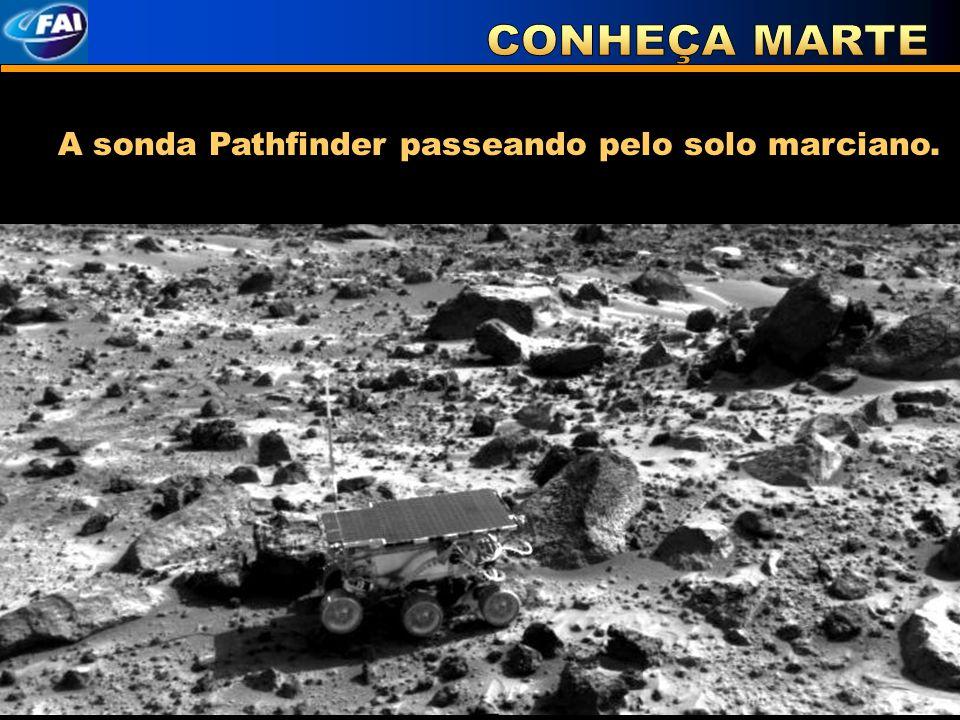 A sonda Pathfinder passeando pelo solo marciano.