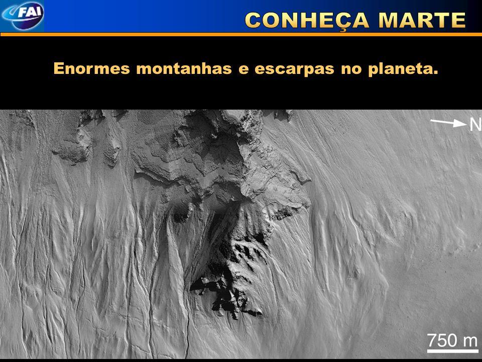 Enormes montanhas e escarpas no planeta.