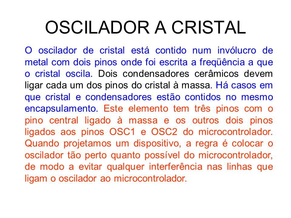 OSCILADOR A CRISTAL O oscilador de cristal está contido num invólucro de metal com dois pinos onde foi escrita a freqüência a que o cristal oscila. Do
