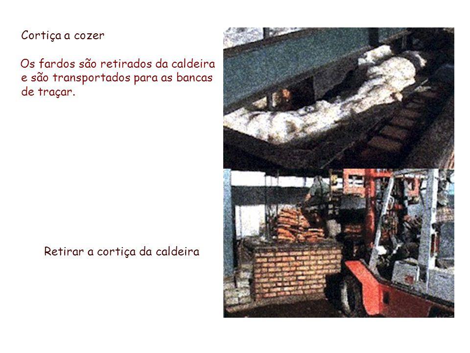 Cortiça a cozer Os fardos são retirados da caldeira e são transportados para as bancas de traçar. Retirar a cortiça da caldeira