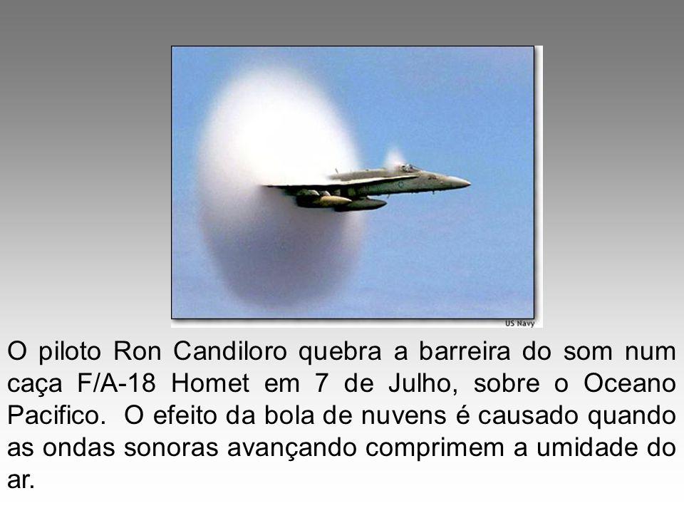 O piloto Ron Candiloro quebra a barreira do som num caça F/A-18 Homet em 7 de Julho, sobre o Oceano Pacifico. O efeito da bola de nuvens é causado qua