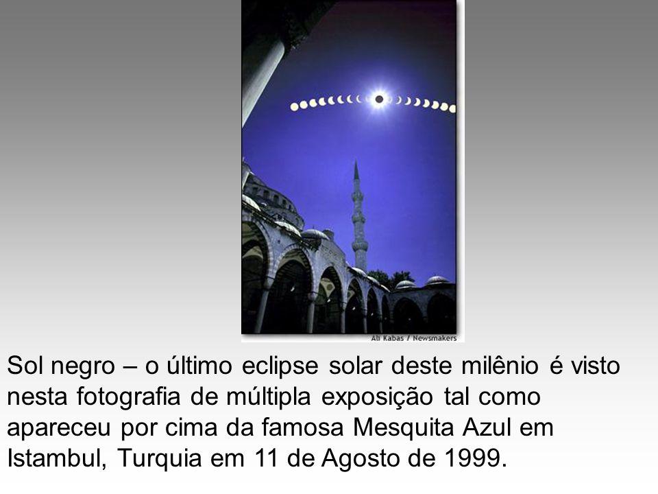 Sol negro – o último eclipse solar deste milênio é visto nesta fotografia de múltipla exposição tal como apareceu por cima da famosa Mesquita Azul em
