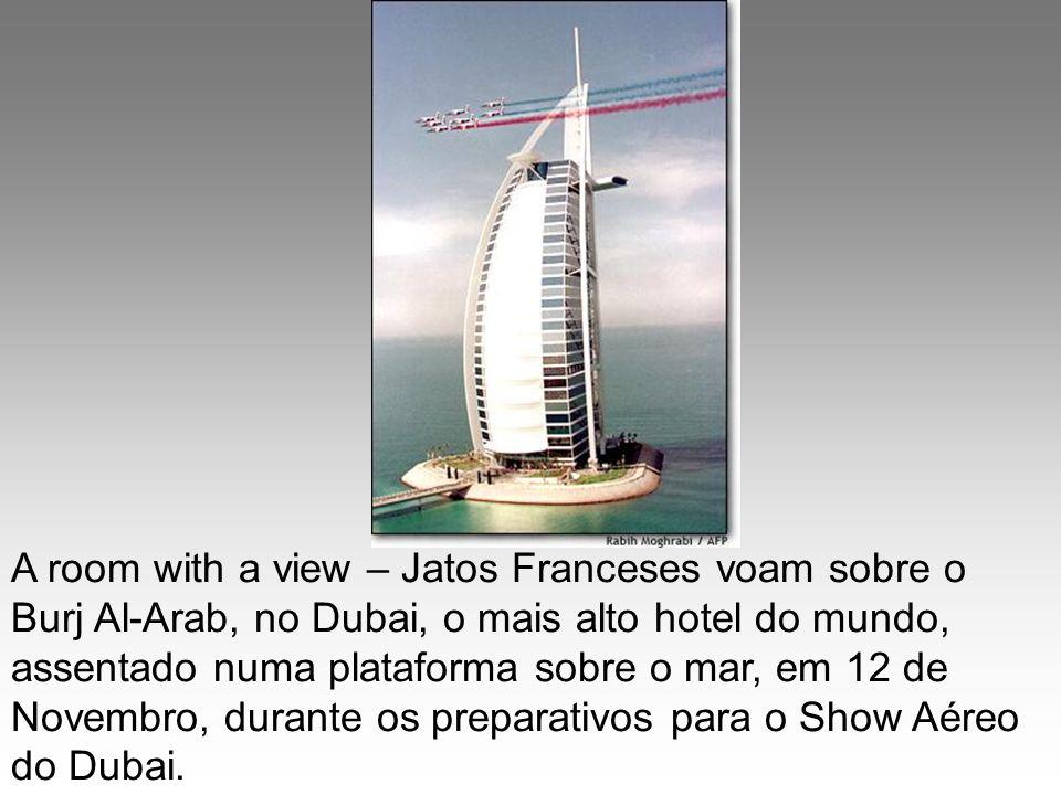 A room with a view – Jatos Franceses voam sobre o Burj Al-Arab, no Dubai, o mais alto hotel do mundo, assentado numa plataforma sobre o mar, em 12 de