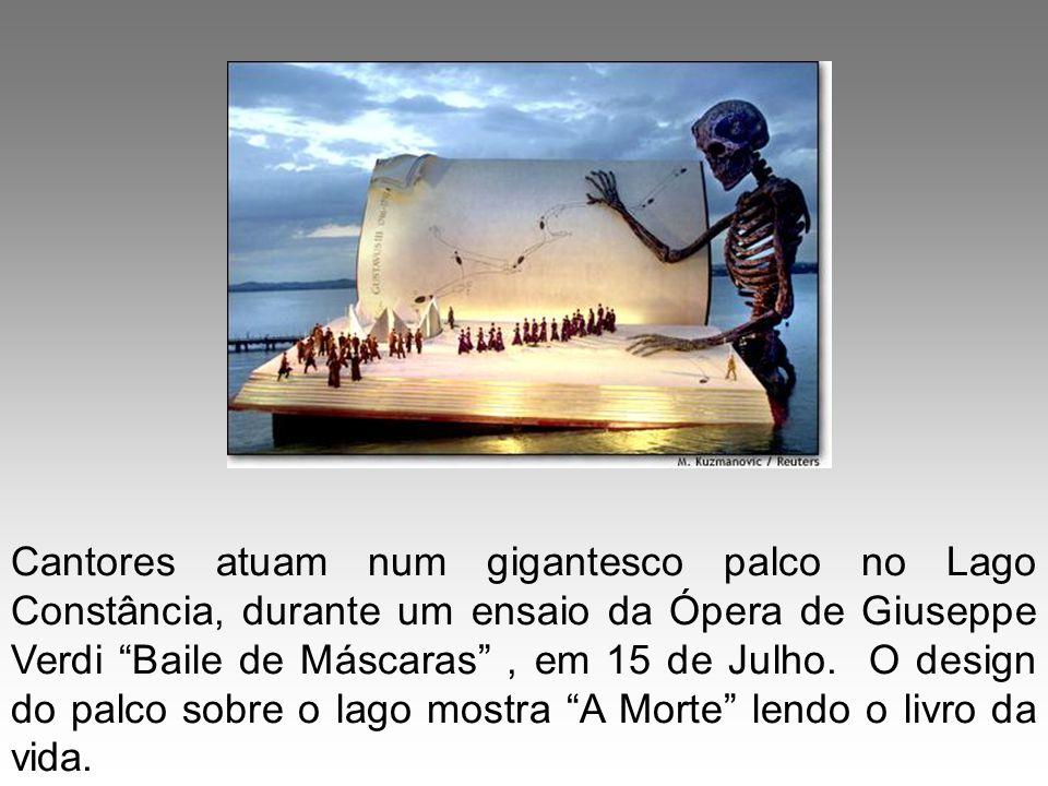 Cantores atuam num gigantesco palco no Lago Constância, durante um ensaio da Ópera de Giuseppe Verdi Baile de Máscaras, em 15 de Julho. O design do pa
