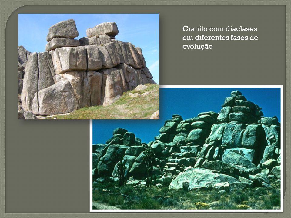 Granito com diaclases em diferentes fases de evolução