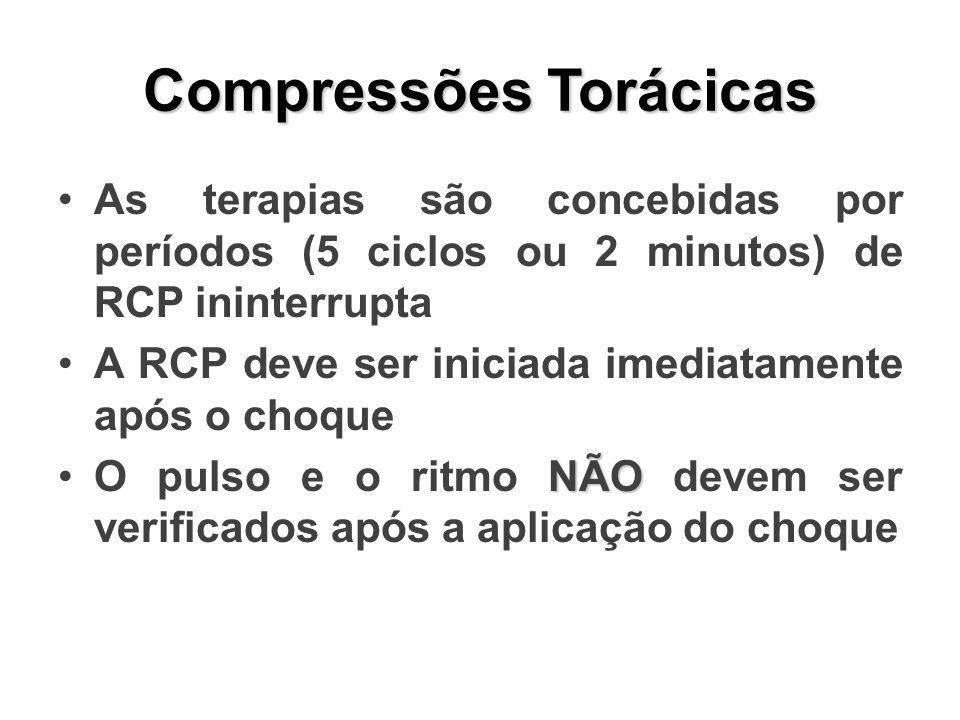Compressões Torácicas As terapias são concebidas por períodos (5 ciclos ou 2 minutos) de RCP ininterrupta A RCP deve ser iniciada imediatamente após o choque NÃOO pulso e o ritmo NÃO devem ser verificados após a aplicação do choque