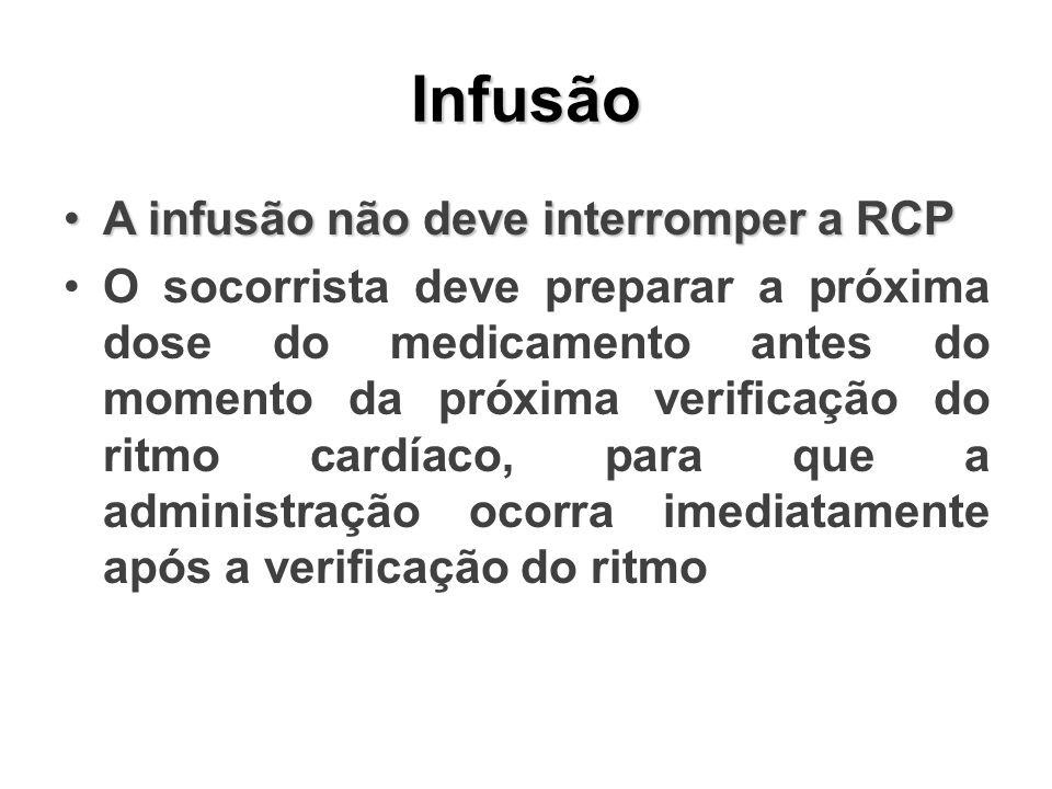 Infusão A infusão não deve interromper a RCPA infusão não deve interromper a RCP O socorrista deve preparar a próxima dose do medicamento antes do mom