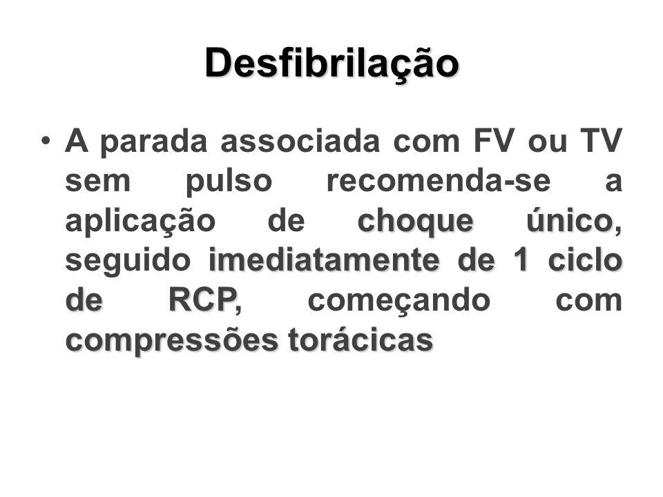 Desfibrilação choque único imediatamente de 1 ciclo de RCP compressões torácicasA parada associada com FV ou TV sem pulso recomenda-se a aplicação de choque único, seguido imediatamente de 1 ciclo de RCP, começando com compressões torácicas