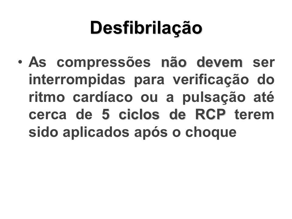 Desfibrilação não devem 5 ciclos de RCPAs compressões não devem ser interrompidas para verificação do ritmo cardíaco ou a pulsação até cerca de 5 ciclos de RCP terem sido aplicados após o choque