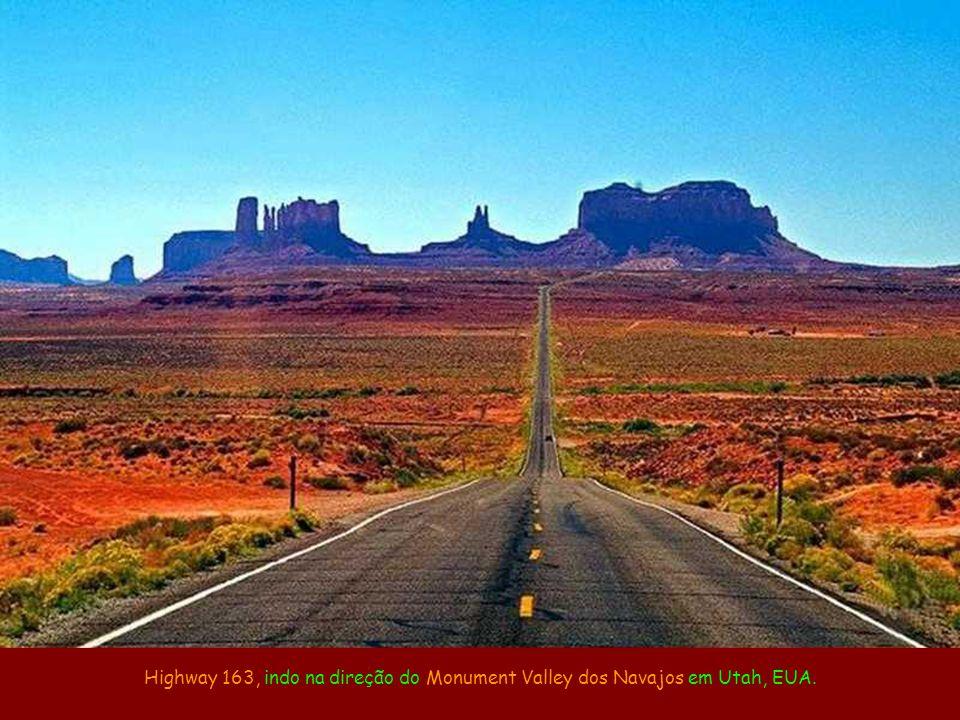 Highway 163, indo na direção do Monument Valley dos Navajos em Utah, EUA.